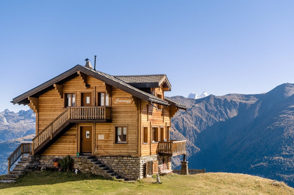 chalet-with-a-mountain-view-behind